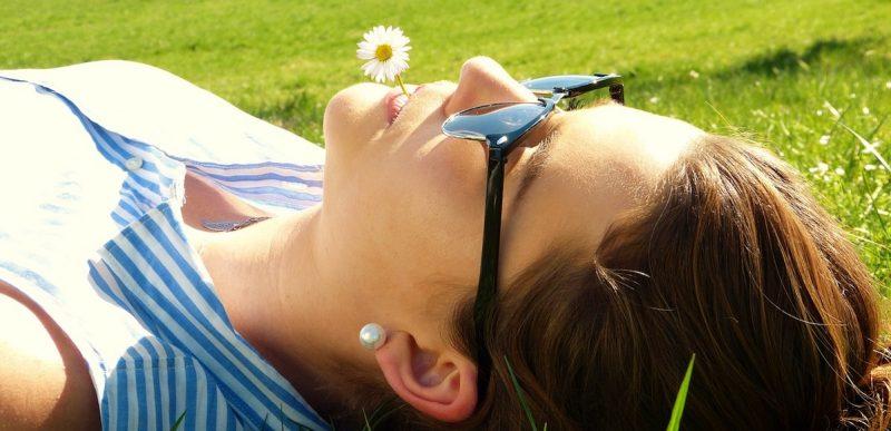 occhi protetti con gli occhiali da sole